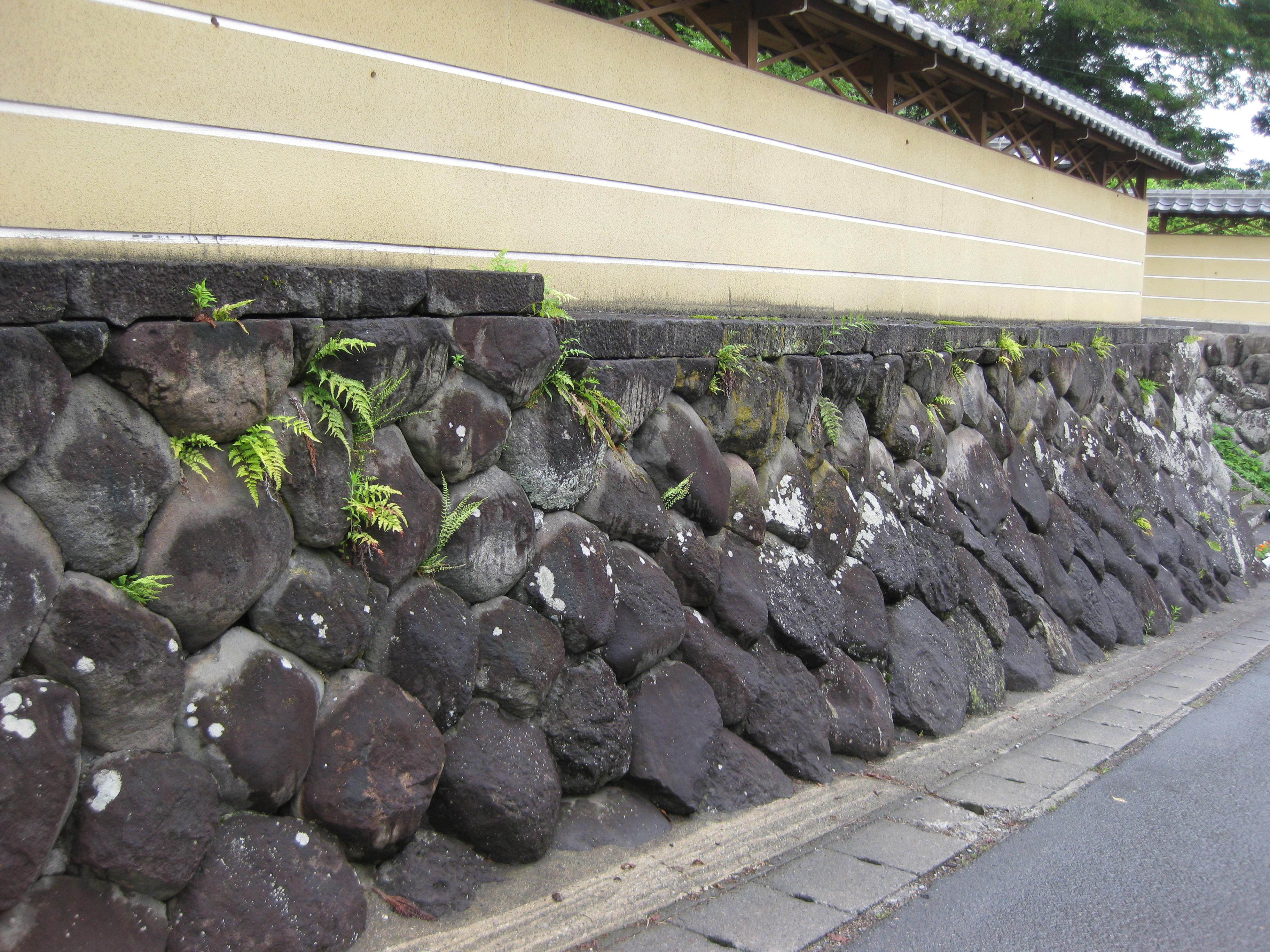 善光寺地震でも崩れなかったというボタモチ積みの石垣