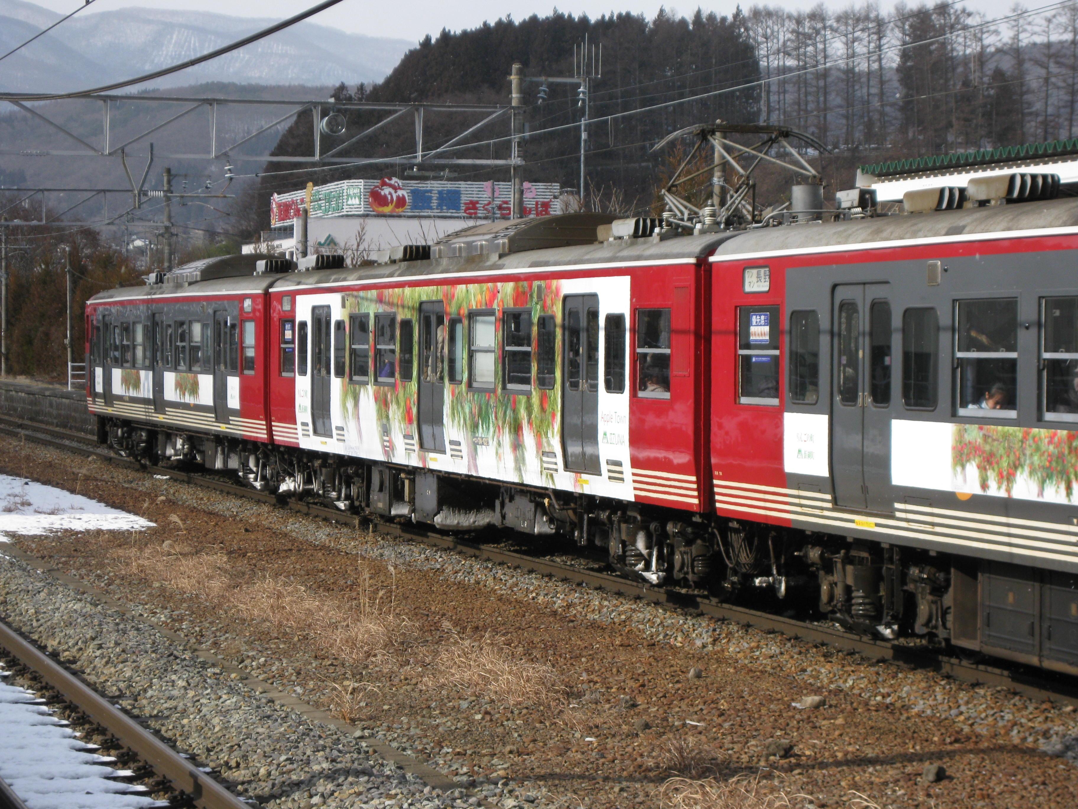 「イイヅナのリンゴ」ラッピング列車運行開始!